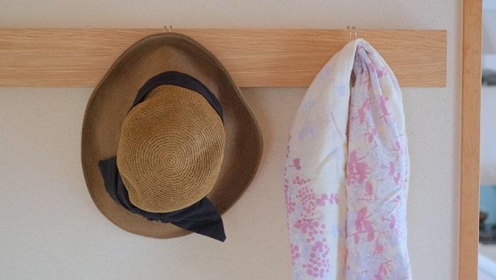 壁に付けられる家具とフックをあわせた活用例
