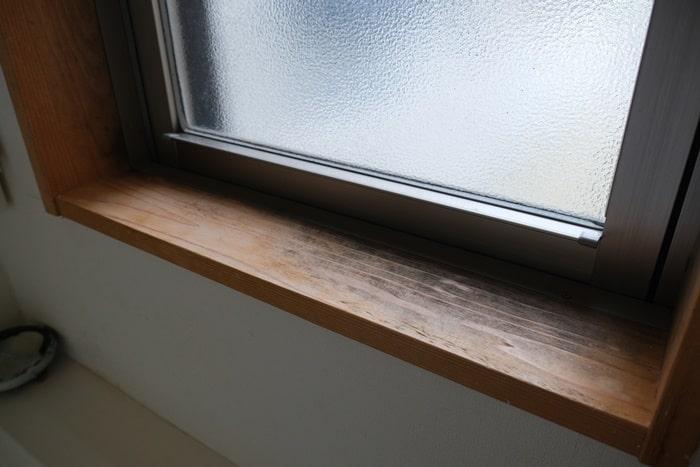結露でカビが生えた窓枠